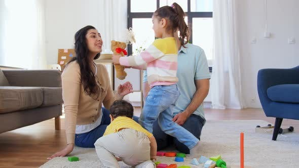 Thumbnail for Glückliche Familie mit Kindern, die zu Hause spielen