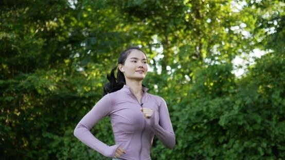 Asiatische junge Frau läuft