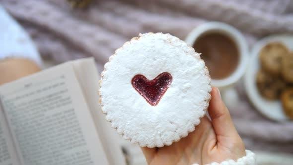 Thumbnail for Frau Hand hält Cookie mit Herz