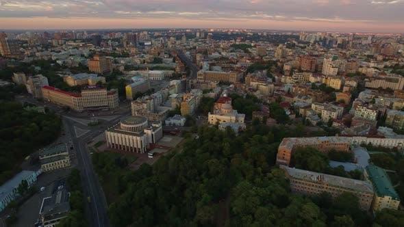 Cover Image for Stadtarchitektur auf Abendhimmel Landschaft. Aerial View Christian Temple in City