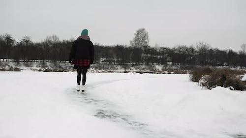Femme en patins Artistique blancs est le patinage sur glace.