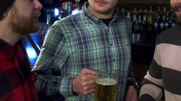 Thumbnail for Freunde jubeln im Pub