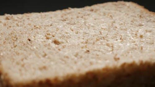 Frische Vollkornbrot für Toasten Nahaufnahme Oberfläche 4K 2160p 30fps UltraHD kippen Footage - Toast