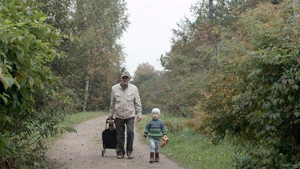 Großvater und Enkel Walking