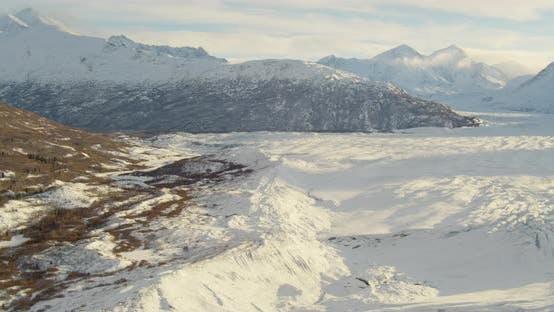 Thumbnail for Lufthubschrauber Schuss, fliegen über eine Alaska-Autobahn bei Dämmerung, Scheinwerfer vorbei, Geschäft, ti