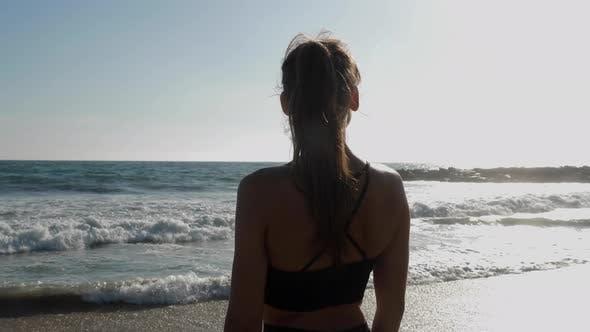 Thumbnail for Athletische Frau am Strand entspannt und genießen die Aussicht nach ihrem Training