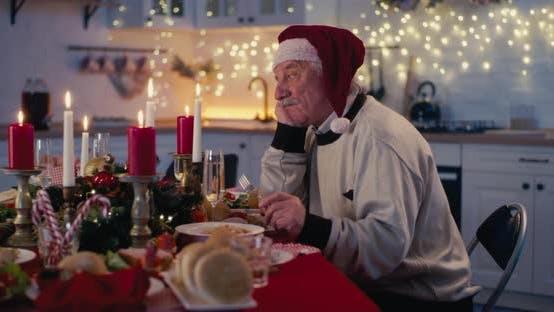 Unglücklicher einsamer Großvater beim Weihnachtsessen