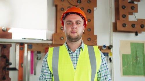 Autoreparatur Wartung und Personenkonzept Portrait des Automechanikers in der Werkstatt oder