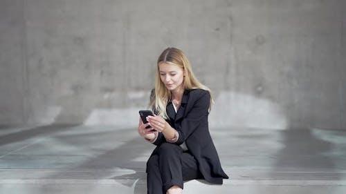Froh, dass Geschäftsfrau Handy benutzt