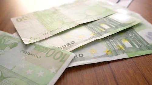 Euro-Geld-Banknoten. Händezählung von Euros Rechnungen als Teil des Zahlungssystems des Vereinigten Landes.