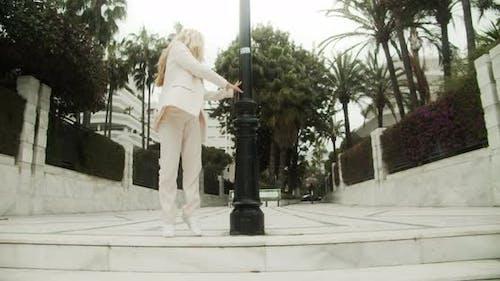 Belle jeune danseuse en costume dansant à côté du lampadaire