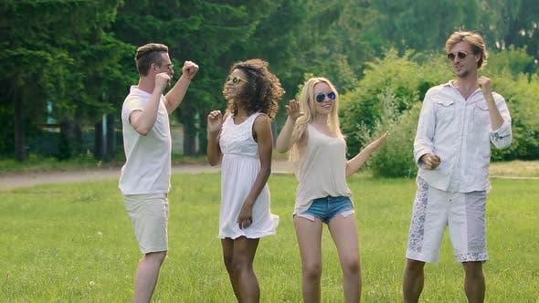 четыре молодых активных друзей наслаждаясь летние танцы вместе, экстра-медленное движение