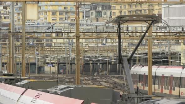 Zug rollt in einem Bahnhof