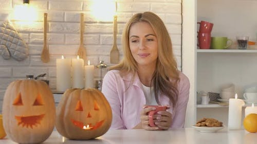 Mutter Made Halloween-Kürbis und Warten auf Kinder, Süßes oder Saures, Streich