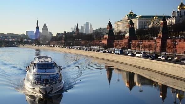 Thumbnail for Das Schiff schwimmt auf Fluss in der Nähe von Kreml