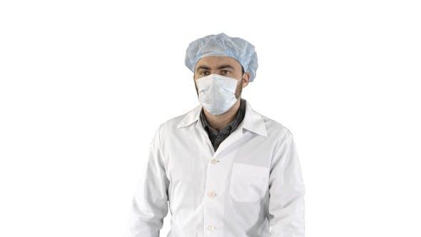 Thumbnail for Reife Operation in einer Maske zu Fuß Vorderansicht auf weißem Hintergrund