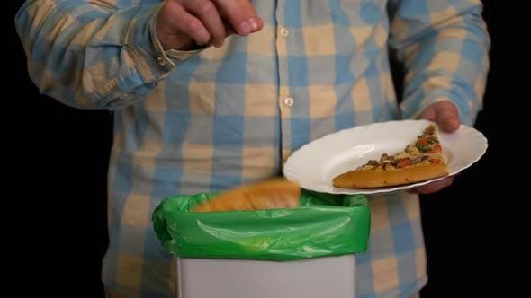 Thumbnail for Mann Scraping mit einem Teller eine Pizza in Mülltonne