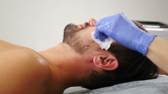 Mann im Kosmetologie-Zentrum