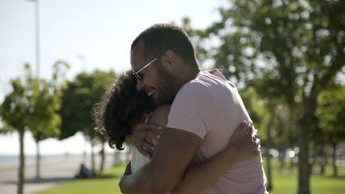 Glückliche multiethnische Paar umarmt