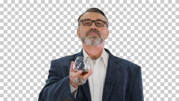 Reifer Mann in einem Anzug trinken Whisky oder Cognac, Alpha Channel