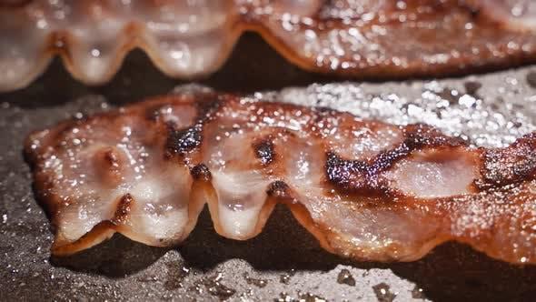 Thumbnail for Speckstücke werden in einer Pfanne gebraten. Das Konzept von Fett-und Junk-Food, eine Quelle von Trans-Fetten