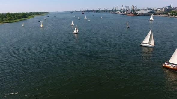 Thumbnail for Luftaufnahme von zahlreichen Yachten Segeln im Dnipro Fluss an einem sonnigen Tag