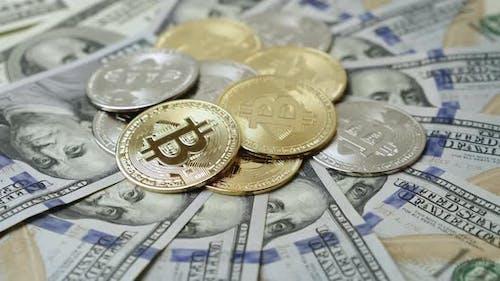 Bitcoin-Kryptowährung, die sich auf Dollarscheinen