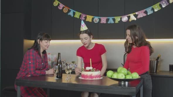 Thumbnail for Frauen warten spät Gast zu Hause Geburtstagsparty