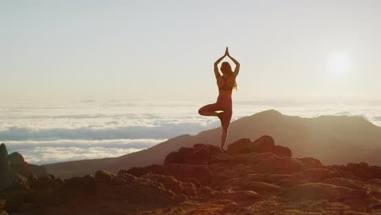 Thumbnail for Frau führt Yoga-Pose bei Sonnenaufgang