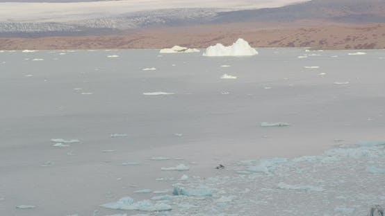 Lufthubschrauber durch Alaskan-Tal geschossen, Drohne aufnahmen