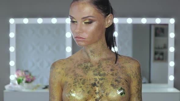 Thumbnail for Frau mit Körper Kunst halten Schlange