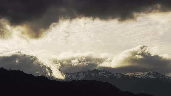 Berge hinter dicken Wolken