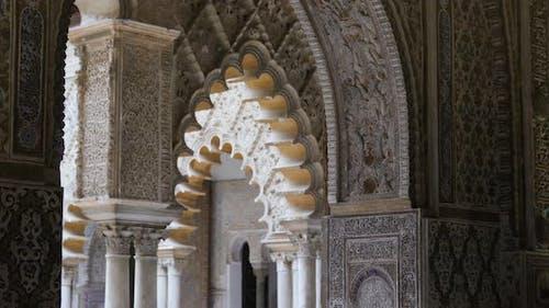 Detaillierte Türöffnungen der maurischen Architektur im Royal Alcazar
