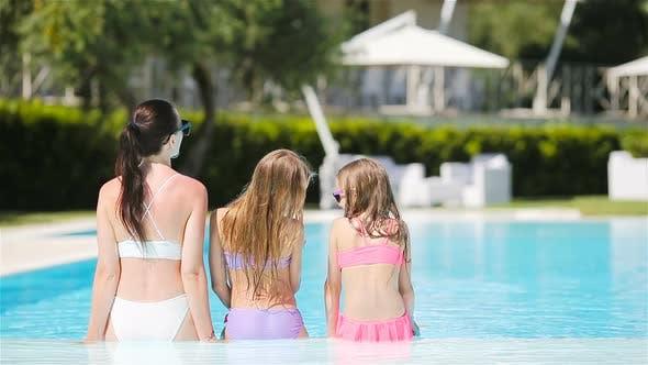 Thumbnail for Mutter und zwei Kinder genießen Sommerurlaub im Luxus-Schwimmbad