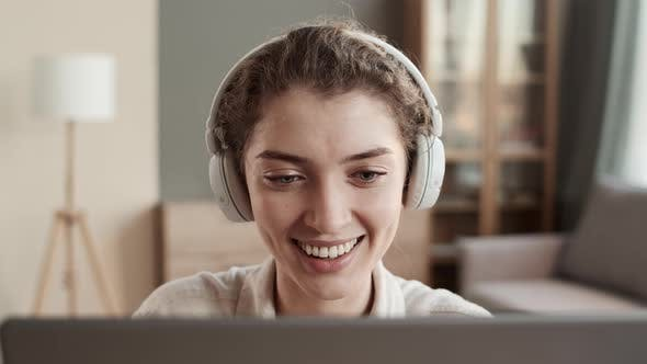 Frau trägt Kopfhörer Umzug zur Musik