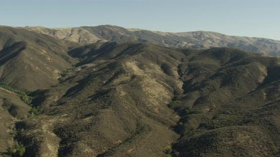 Luftbildhubschrauber geschossen, zoomt heraus, während Flugzeuge fliegen über LA Stadtblöcke und Extendi