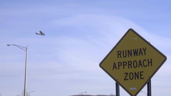 Flugzeug landet in der Nähe eines Flughafenanflugs Warnschild