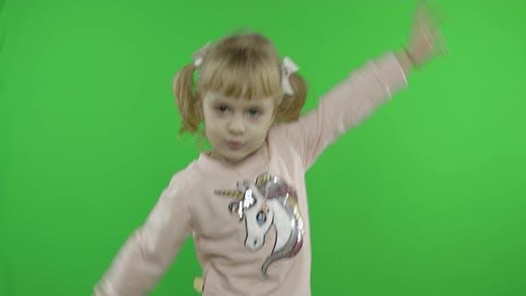 Thumbnail for Fille en Licorne Sweat-shirt Danse. Joyeux enfant de quatre ans. Clé Chroma