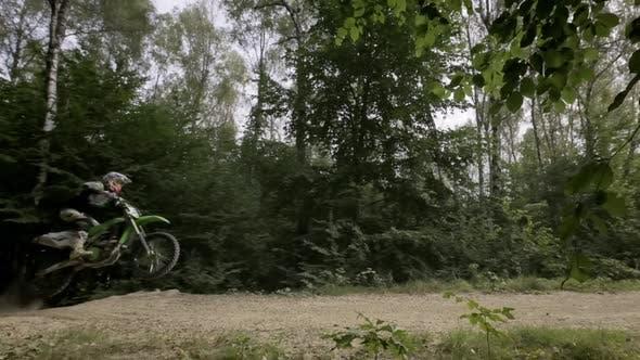 Reiter auf Sportmotorrad macht Sprung mit Motorrad