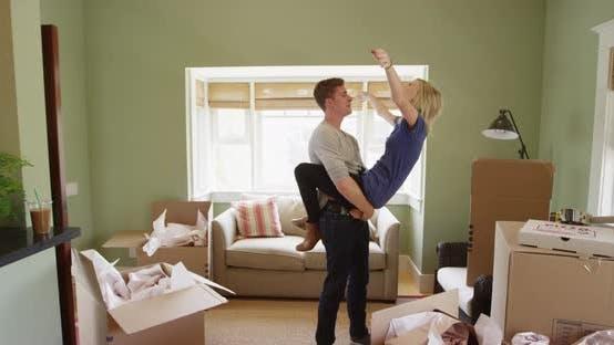 Glückliches Paar Umzug in ihre neue Wohnung