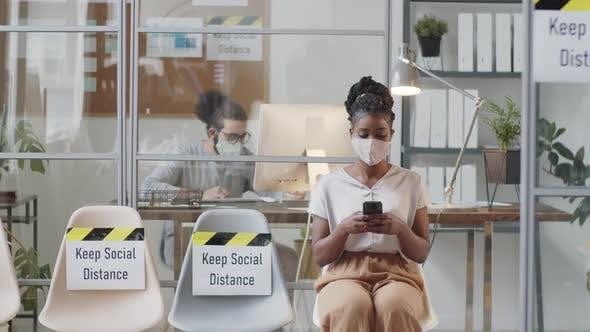 Thumbnail for Interrassische Büroangegestellte halten soziale Distanz im Arbeitsbereich