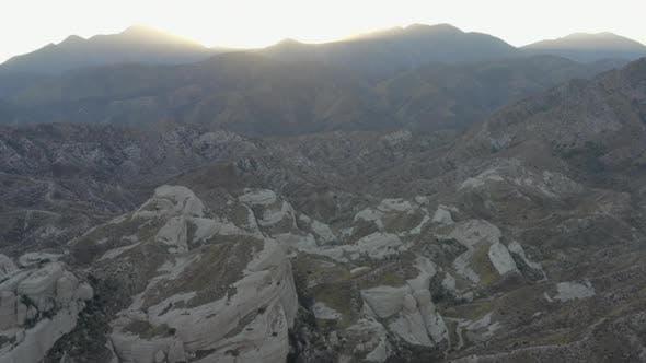 Thumbnail for AERIAL: Wüste, Berge in Kalifornien bei Sonnenuntergang