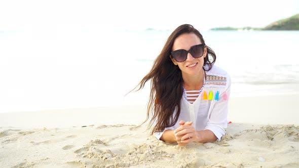 Junge schöne Frau mit Spaß auf Tropical Seashore. Happy Girl liegt am weißen Sand Tropical Beach