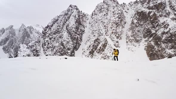 Climber Männer Gelb Jacke Walking Up Mountain At Sunset Erreichen der Top-Erfolg Fly Over Aerial