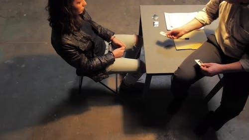 Detective zeigt Beweise während der Verhörung