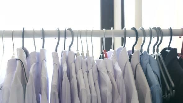 Thumbnail for Kleiderbügel in einem starren mit Frauen Business-Kleidung