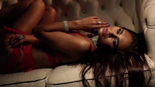 Ungezogenes Mädchen. Sexy Frau streicheln ihren perfekten Bräune Body In Roten Dessous.
