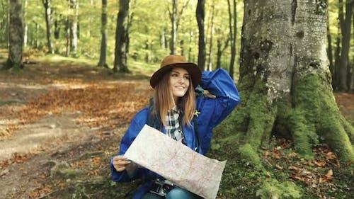 Mädchen identifiziert Standort mit Karte
