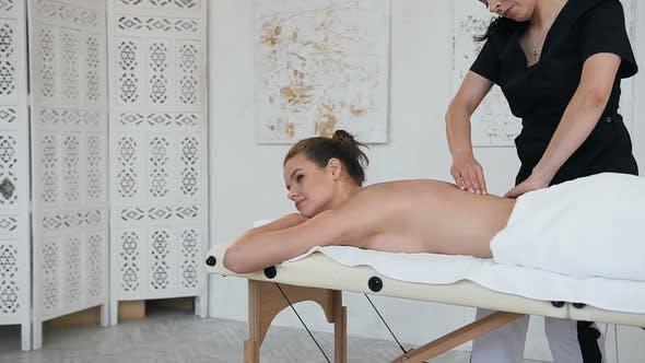 Thumbnail for Entspannende junge Frau Entspannen während der Massage auf dem Rücken im Spa Salon