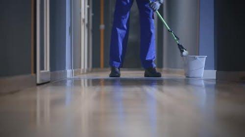 Hausmeister Reinigung eines Korridors